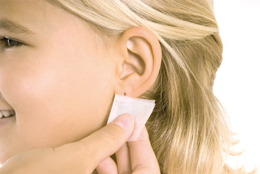 Öronhåltagning med Studex System75: Cleansing the ear with an alcohol prep pad