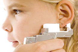 Öronhåltagning med Studex System75: Lining up the point of the piercing earring